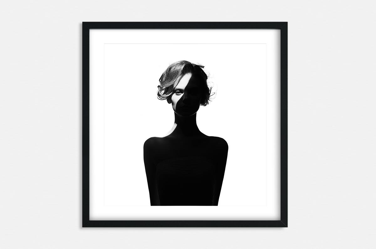 Plakat - Kobieta w cieniu - fototapeta.shop