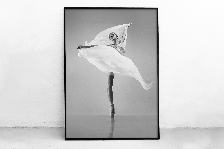 Plakat - Taniec z białą chustą - fototapeta.shop